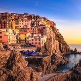 Manarola村庄、岩石和海日落的。Cinque Terre,意大利 库存图片