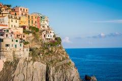 Manarola村庄在五乡地峭壁垂悬在意大利 库存照片