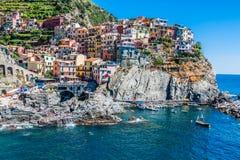 Manarola, Cinque Terre,意大利村庄与轮渡的 免版税库存照片