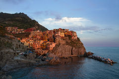 Manarola, Cinque Terre,意大利村庄在日落的 库存图片