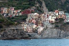 Manarola, Италия: деревня на среднеземноморском стоковая фотография rf