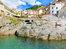 Manarola, Cinque Terre, Italien - 9. September 2015: Bunte traditionelle Häuser auf einem Felsen über Mittelmeer Lizenzfreie Stockfotografie