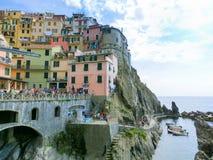 Manarola, Cinque Terre, Italien - 9. September 2015: Bunte traditionelle Häuser auf einem Felsen über Mittelmeer Stockfotografie