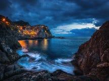 Manarola, Cinque Terre, Italy Vila de Manarola durante o por do sol foto de stock royalty free