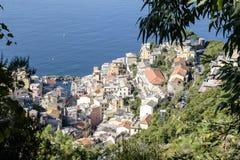 Manarola Cinque Terre som ner ser till byn royaltyfria foton