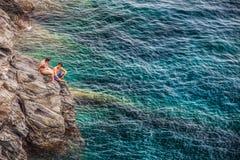 Manarola, Cinque Terre, Włochy - Potomstwo Para Zdjęcia Stock