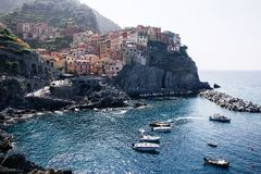 Manarola, Itália, província de Spezia do La, Liguria Regione, o 9 de agosto de 2018: Vista nas casas coloridas ao longo do litora fotos de stock