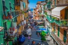 Manarola, Italia, el 10 de agosto de 2013: Calle en un italiano tradicional Imagenes de archivo
