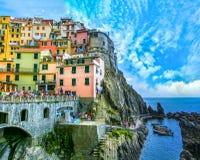Manarola, Italien - 9. September 2015: Bunte traditionelle Häuser auf einem Felsen über Mittelmeer Stockfoto