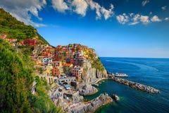 Manarola by med färgrika byggnader, Cinque Terre, Liguria, Italien, Europa royaltyfri foto