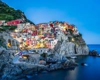 Manarola miasteczko Cinque Terre przy półmrokiem, długi ujawnienie fotografia royalty free