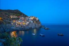 Manarola nocą, 5 Terre, losu angeles Spezia prowincja, Liguryjski wybrzeże, Włochy obraz stock