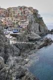Manarola by på skymning Cinque Terre National Park Liguria Italien fotografering för bildbyråer