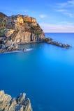 Manarola, rocce e mare al tramonto. Sosta di Cinque Terre, Italia Fotografia Stock