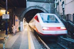 MANAROLA- WŁOCHY: WRZESIEŃ, 03 2016: Wysokiej prędkości elektryczny pociąg a Obraz Royalty Free