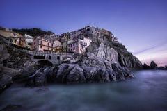 Manarola wioska na falez skałach i morze przy zmierzchem zdjęcie royalty free
