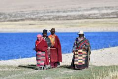 Manasarovar, Tybet, Chiny, Czerwiec, 14, 2018 Pielgrzymi robią Korze wokoło jeziornego Manasarovar w Tybet Fotografia Royalty Free
