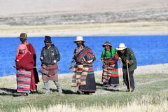 Manasarovar, Tybet, Chiny, Czerwiec, 14, 2018 Pielgrzymi robią Korze wokoło jeziornego Manasarovar w Tybet Obrazy Stock
