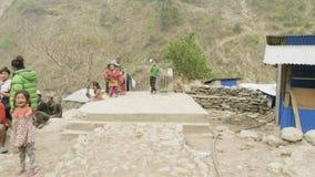 Manaslu, Непал - март 2018: Местное место людей в деревне и обсуждает их проблему акции видеоматериалы