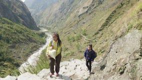 Manaslu, Непал - март 2018: Местные дети идут к школе в горах видеоматериал