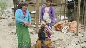 Manaslu, Непал - март 2018: Местные люди прячут стороны и усмехаются в камере сток-видео
