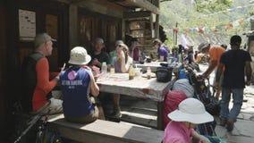 Manaslu, Nepal - Maart, 2018: De Europese en Amerikaanse mensen hebben een lunch bij de trekking van Manaslu citcuit stock videobeelden