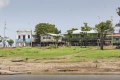 MANAUS, ΒΡΑΖΙΛΙΑ, ΣΤΙΣ 17 ΟΚΤΩΒΡΊΟΥ: Χαρακτηριστικά ξύλινα ξύλινα σπίτια στοκ φωτογραφίες