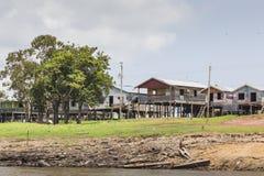 MANAUS, ΒΡΑΖΙΛΙΑ, ΣΤΙΣ 17 ΟΚΤΩΒΡΊΟΥ: Χαρακτηριστικά ξύλινα ξύλινα σπίτια στοκ φωτογραφία