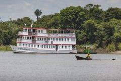 MANAUS, ΒΡΑΖΙΛΙΑ, ΣΤΙΣ 17 ΟΚΤΩΒΡΊΟΥ: Χαρακτηριστική ξύλινη άσπρη βάρκα του Αμαζονίου στοκ φωτογραφία