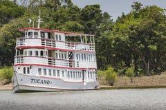 MANAUS, ΒΡΑΖΙΛΙΑ, ΣΤΙΣ 17 ΟΚΤΩΒΡΊΟΥ: Χαρακτηριστική ξύλινη άσπρη βάρκα του Αμαζονίου στοκ φωτογραφία με δικαίωμα ελεύθερης χρήσης