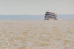 MANAUS, ΒΡΑΖΙΛΙΑ, ΣΤΙΣ 17 ΟΚΤΩΒΡΊΟΥ: Χαρακτηριστική ξύλινη άσπρη βάρκα του Αμαζονίου στοκ φωτογραφίες