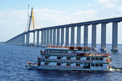 MANAUS, BR łódź przechodzi pod Rio murzynem - OKOŁO SIERPIEŃ 2011 - Zdjęcie Stock