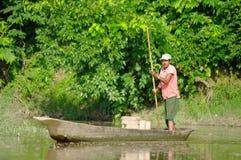 MANAUS, BR, OKOŁO SIERPIEŃ 2011 - mężczyzna na czółnie na amazonki riv Zdjęcie Stock