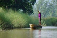 MANAUS, BR, OKOŁO SIERPIEŃ 2011 - mężczyzna na czółnie na amazonki riv Fotografia Royalty Free