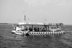 Manaus Brasilien - December 04, 2015: bensinstationen och shoppar på pontonflotteflötet i havet på blå himmel Sväva lagret och Arkivbilder