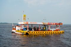 Manaus Brasilien - December 04, 2015: bensinstationen och shoppar på pontonflotteflötet i havet på blå himmel Sväva lagret och ta Royaltyfria Bilder