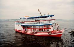 Manaus, Brazilië - December 04, 2015: het schip van de vakantiekruiser op zeegezicht Plezierbootvlotter langs de overzeese kustzo royalty-vrije stock afbeelding