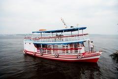 Manaus, Brazilië - December 04, 2015: het schip van de vakantiekruiser op zeegezicht Plezierbootvlotter langs de overzeese kustzo royalty-vrije stock fotografie