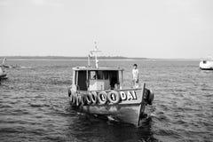 Manaus, Brazilië - December 04, 2015: motorboot of kleine schipligplaats op overzeese kust Schip en watervervoer De zomer royalty-vrije stock afbeeldingen