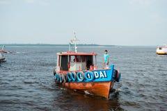 Manaus, Brazilië - December 04, 2015: motorboot of kleine schipligplaats op overzeese kust Schip en watervervoer De zomervakantie stock foto