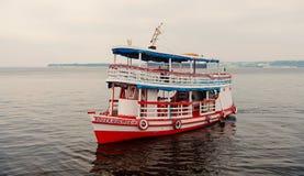 Manaus, Brazilië - December 04, 2015: plezierbootvlotter langs van de overzeese de kruiserschip kustvakantie op zeegezicht De zom stock foto's