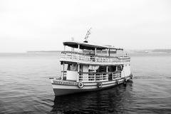 Manaus, Brazilië - December 04, 2015: plezierbootvlotter langs van de overzeese de kruiserschip kustvakantie op zeegezicht De zom royalty-vrije stock foto