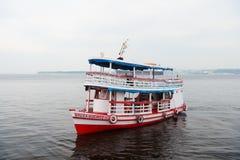 Manaus Brazylia, Grudzień, - 04, 2015: przyjemności łodzi pławik wzdłuż dennego wybrzeża krążownika Wakacyjnego statku na seascap fotografia stock