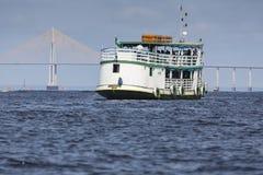 MANAUS, EL BRASIL, EL 17 DE OCTUBRE: El puente de Manaus Iranduba fotografía de archivo