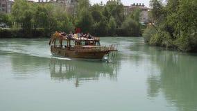 Manavgat, rkei del ¼ di Tà - März 26, 2017: Nave turistica in Manavgat, Turchia archivi video