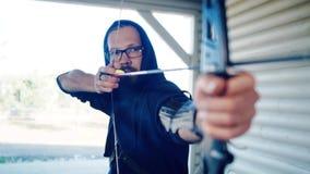 Manbågskytten skjuter från sportpilbåge stock video