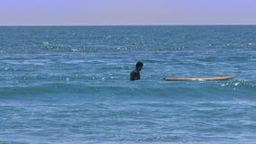 Manbad i havet mot folk som rider vatten, cyklar stock video