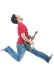 Manbanhoppning, medan leka gitarren royaltyfria foton