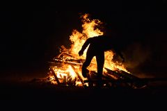 Manbanhoppningbrand som delen av den Novruz festivalen Royaltyfri Fotografi