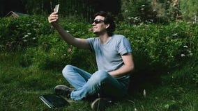 Manbloggersamtal på video pratstund som skjuter sig på en mobiltelefon, selfievideo stock video